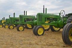 Gamla två cylinderJohn Deere traktorer Fotografering för Bildbyråer