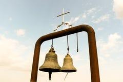 Gamla tvilling- traditionella kyrkliga klockor Royaltyfri Bild