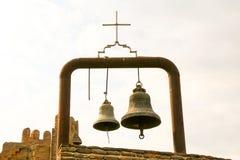 Gamla tvilling- traditionella kyrkliga klockor Arkivbild