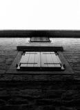 Gamla utformade fönster i B&W Arkivbild