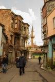 Gamla utformade trähus i gatan Arkivfoton