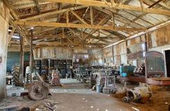 Gamla utrustning och hjälpmedel inom en byggnad av Humberstone, Chile arkivbild