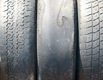 Gamla utslitna sommargummihjul Arkivfoto