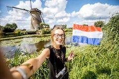 Gamla väderkvarnar för kvinnanearthe i Nederländerna arkivbilder
