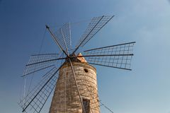Gamla väderkvarnar i de salta pannorna av Trapani i Sicilien Royaltyfria Foton