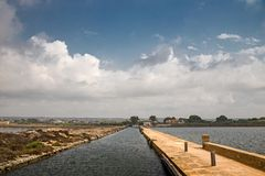 Gamla väderkvarnar i de salta pannorna av Trapani i Sicilien, Arkivfoto