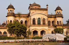 Gamla väggar av byggnad i Mughal arkitektonisk stil av Lucknow, Indien Royaltyfri Bild