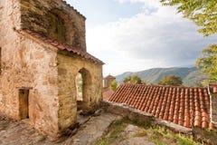 Gamla väggar med bågar av den ortodoxa kloster i den Alazani dalen, Georgia Nekresi kloster Arkivbilder