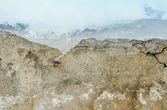 Gamla väggblidväder ut ur is och snö Fotografering för Bildbyråer