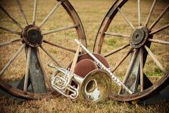 Gamla västra och musikbandinstrument royaltyfria bilder