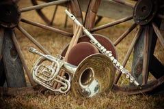 Gamla västra och musikbandinstrument arkivbilder