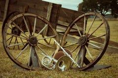 Gamla västra och musikbandinstrument royaltyfri bild