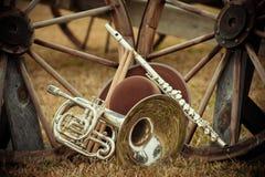 Gamla västra och musikbandinstrument arkivbild