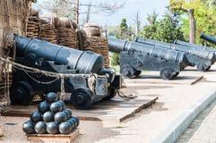 Gamla vapen och kärnor av det defensiva fortet är ett militärt museum arkivbild