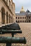 Gamla vapen på domstolen av Armémuseum, Paris Fotografering för Bildbyråer