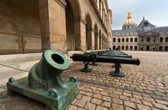 Gamla vapen på domstolen av Armémuseum, Paris Arkivbilder