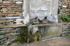 Gamla vattenklapp i by av Zheravna, Bulgarien Arkivbilder