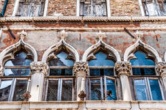 Gamla venetian fönsterdetaljer arkivbild