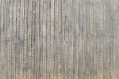 Gamla vertikal träplankor för tappning arkivfoto