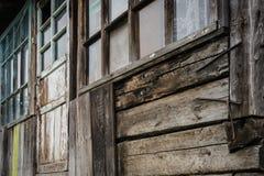 Gamla Windows och knäckt trävägg Arkivfoton