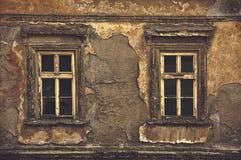 Gamla Windows på den yttre väggen för förstört hus Arkivbild