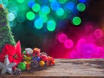 Gamla wood bräde och garneringar i utrymmet som är tillgängligt för att förlägga objekt Bakgrundsbokeh bubblar färgrikt Jul och n royaltyfria foton