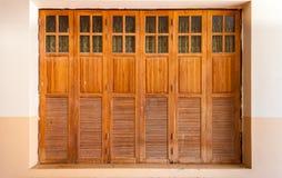 Gamla Wood dörrar med exponeringsglas och gardiner royaltyfria bilder