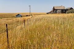 Gamla wood ladugårdar och stall i North Dakota bygd royaltyfri bild