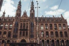 GamlaAmsterdam den huvudsakliga stolpen - kontor, för närvarande en shoppinggalleria som är bekant som Magna Plaza royaltyfria bilder