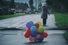 Gamlingen kommer, tid kör ut, uppblåsbara bollar, vår royaltyfri fotografi