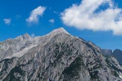 Gamma dei picchi di montagna nelle alpi di estate Immagine Stock Libera da Diritti