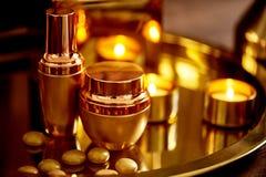 Gamma dell'oro Rilassi, prenda la cura voi stesso Salone della stazione termale, salone di bellezza profumeria fotografia stock