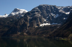 Gamma delle alpi lungo il lago fotografia stock