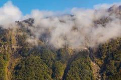 Gamma di alta montagna con la vista della strada e dei tunnel vicino a Arishan N Fotografia Stock