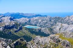 Gamma di alte montagne con un lago blu sull'isola di Mallorca Immagini Stock