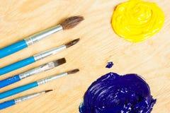 Gamma di colori con la pittura ad olio e le spazzole Immagini Stock Libere da Diritti