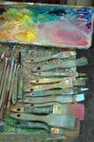 Gamma di colori della vernice dell'artista con le vernici e le spazzole Fotografie Stock Libere da Diritti
