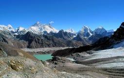 Gamma di Everest e valle di Gokyo dalla La di Renjo fotografia stock