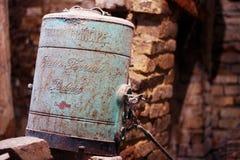 Gammal ärgnebulizer i en forntida källare arkivfoton