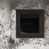 Gammal åldrig rostad målarfärg för vägg för koja för hydda för grå färgsvart vit, bruten träram för fönsterexponeringsglas, riden arkivfoto