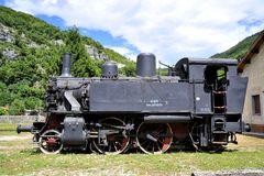 Gammal ångalokomotiv på järnvägen Royaltyfri Foto