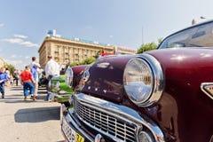 Gammal återställd bilmodell Moskvitch 407 på utställningen av vintag Arkivfoton