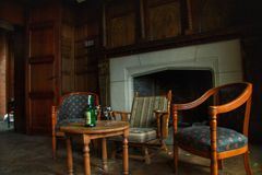 Gammal övergiven alkohol för stil för ` s för kontor som 70 lämnas på tabellen Royaltyfria Foton