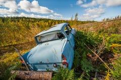 Gammal övergiven bil på ett fält Royaltyfri Bild