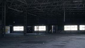 Gammal övergiven byggnad, med rackar ner på inre och brutet exponeringsglas arkivfilmer