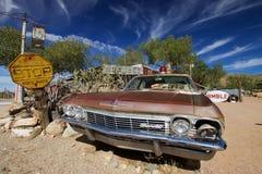Gammal övergiven Chevrolet bil Arkivbilder