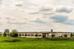 Gammal övergiven förfallen jordbruks- byggnad Royaltyfria Foton