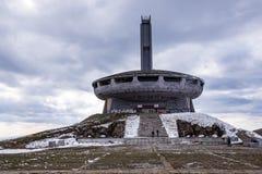 Gammal övergiven förstörd monument - 26-03-2016 - Buzludzha, nära den Shipka Bulgarien Arkivbild