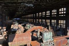 Gammal övergiven fabrik som rostar generatorer Royaltyfri Foto