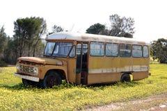 Gammal övergiven Ford skolbuss i västra Australien Royaltyfria Bilder